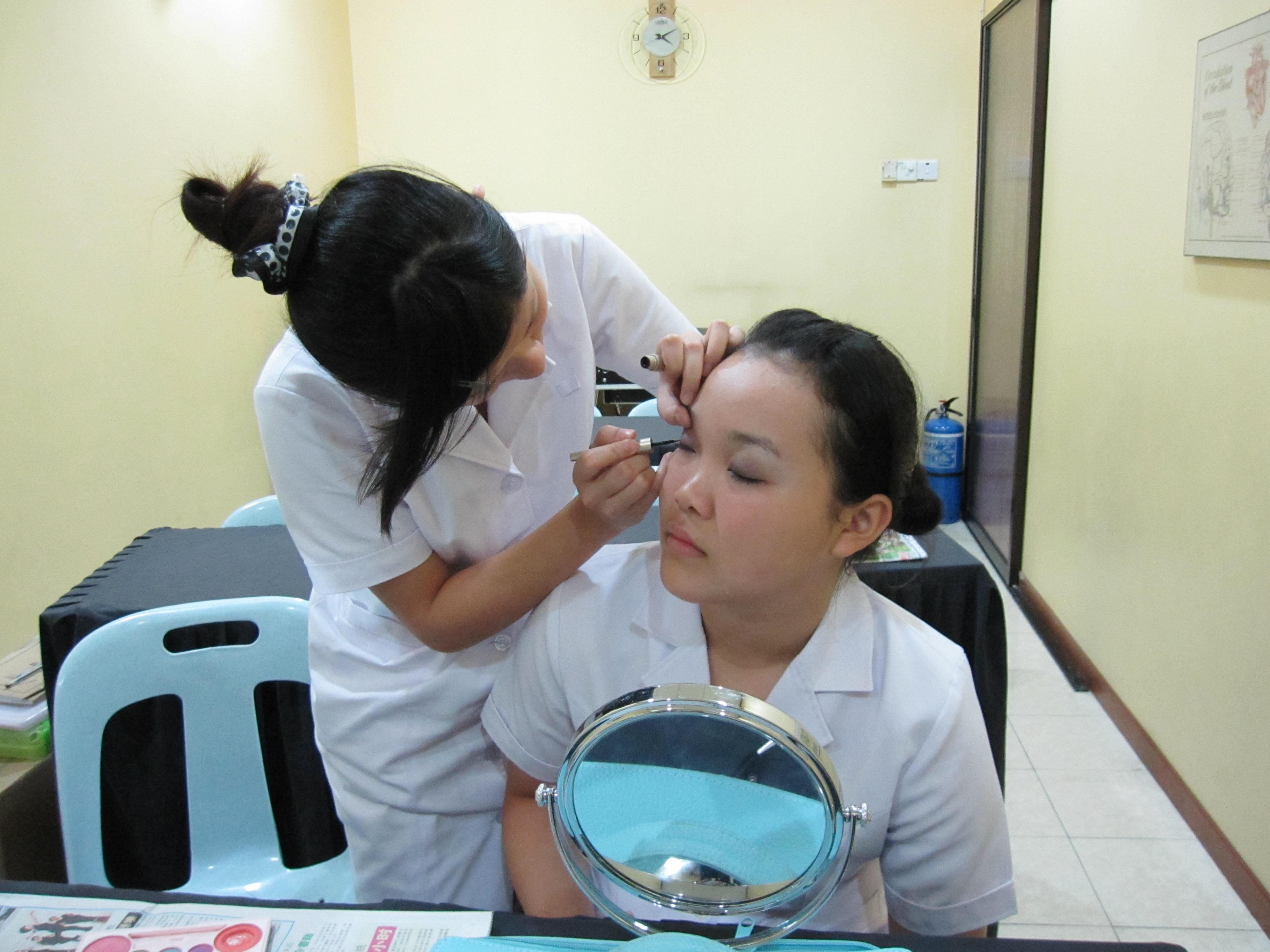 在化妆的时刻,眼部往往是重妆区,也就是重灾区,对于常化妆的朋友们,不要忽略眼部保养哦!