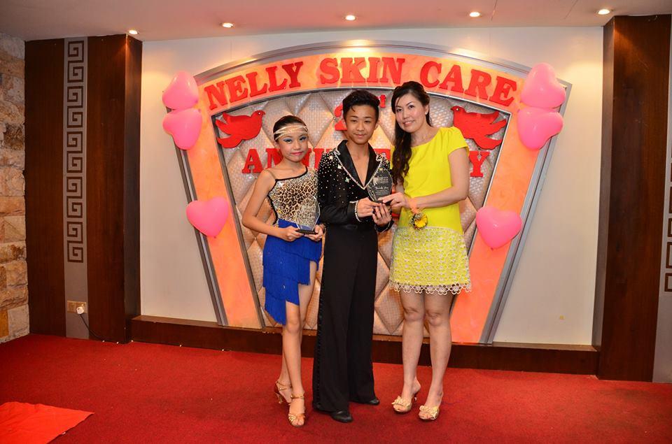当晚表演嘉宾里18岁与14岁的小小国标舞演出者演出让人印象深刻
